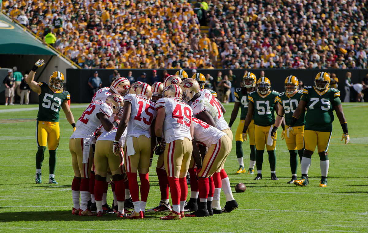 San_Francisco_49ers_huddle_-_San_Francisco_vs_Green_Bay_2012
